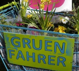 """""""Gruenfahrer"""": Farbige Einkaufswagen werden auf dem Theatervorplatz bepflanzt"""