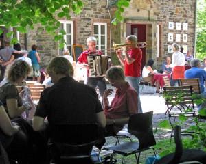 Garten – Kaffeetafel mit Tischmusik