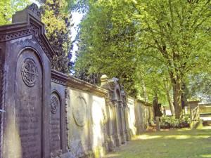 Führung durch alte Gräber zu einem neuen Labyrinth